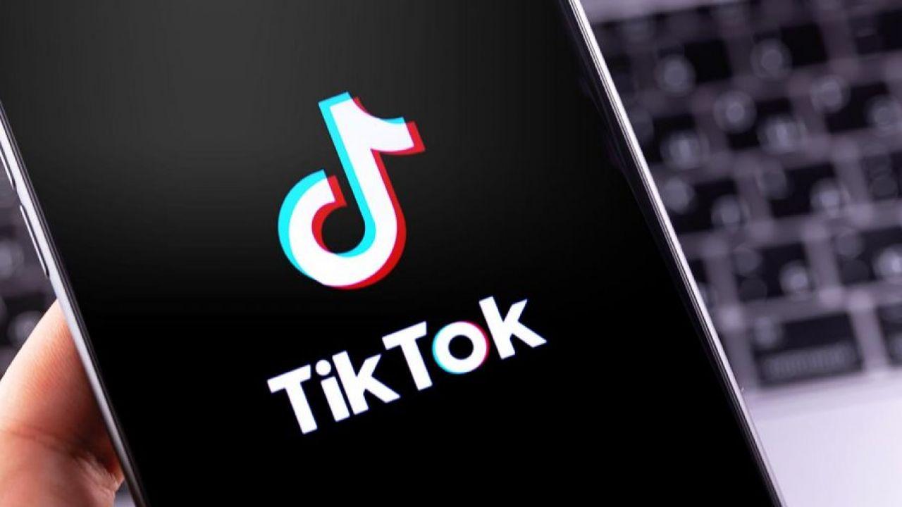 Nowy trend polegający na rzucaniu dziećmi   i tańczeniu w rytm piosenki aborcyjnej pojawił się na Tik Toku (fot. Shutterstock/Primakov)