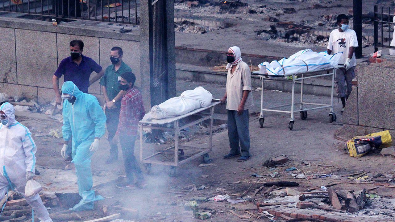 W niedzielę odnotowano w Indiach ponad 3,6 tys. zgonów fot. Mayank Makhija/NurPhoto via Getty Images)