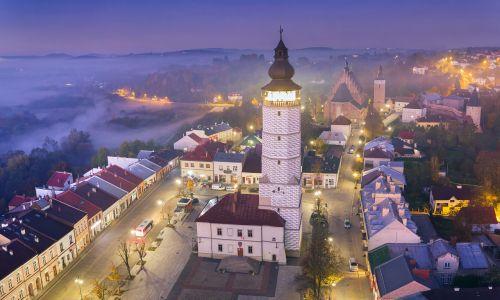Jest to jedno z niewielu miast w Polsce, które nie zmieniło swoich granic od czasów średniowiecza. Na pewno wyróżnia go zachowany oryginalny układ urbanistyczny – w tym rynek, który jest największym w kraju w stosunku do reszty dawnego miasta ujętego w mury. Jego powierzchnia – niespełna 85 arów – zajmuje aż 1/8 dzielnicy staromiejskiej Biecza, obejmującej w sumie powierzchnię 7,3 hektara, a reszta to są jego ogromne przedmieścia, liczące 17 kilometrów kwadratowych.  Fot. Marcin Gądek