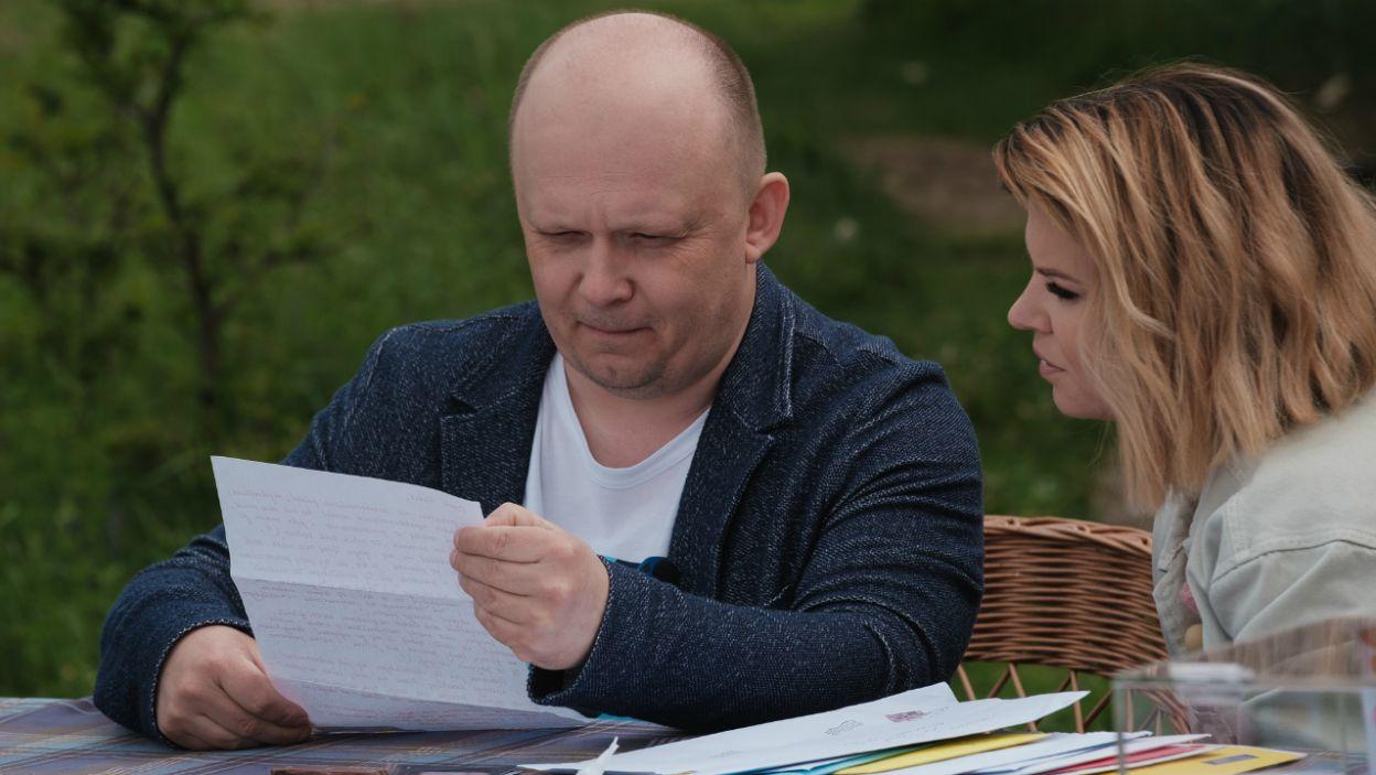 Racjonalny Jakub uważnie wczytywał się w otrzymane wiadomości. Ile kobiet go do siebie przekonało? (fot. TVP)