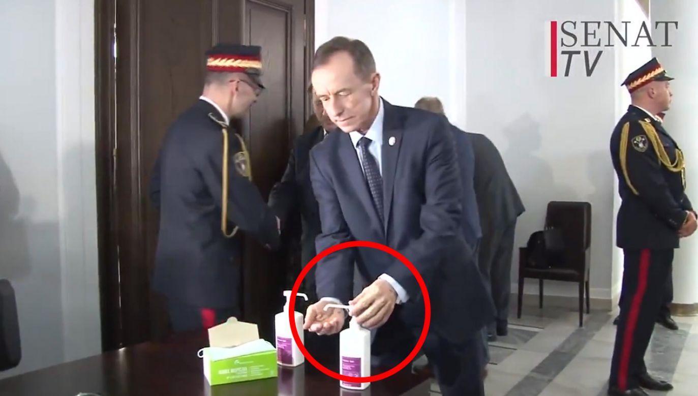 Marszałek Senatu Tomasz Grodzki pokazuje, jak używać dozownika mydła (fot. Senat TV)