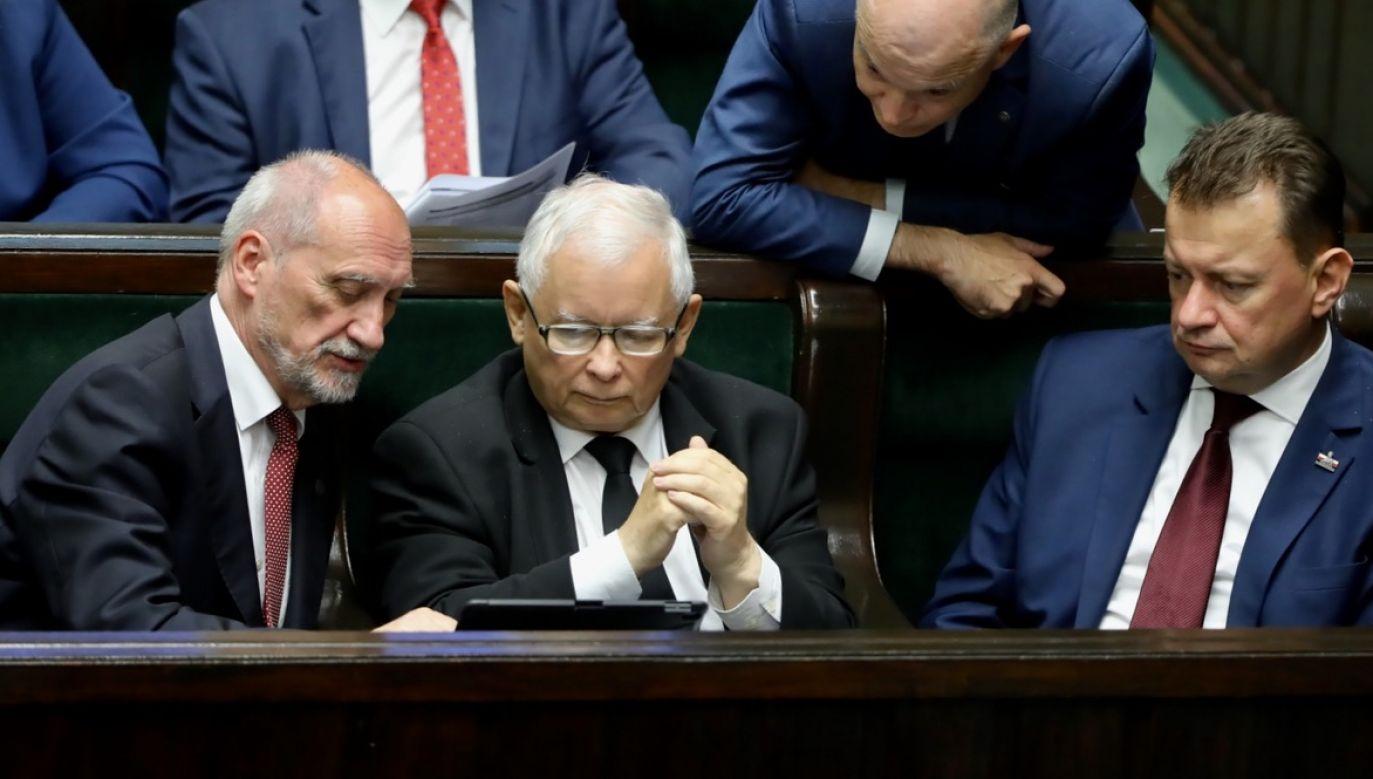 Prezes PiS Jarosław Kaczyński (C-dół), poseł PiS Antoni Macierewicz (L-dół) oraz minister obrony narodowej Mariusz Błaszczak (P-dół) na sali obrad podczas drugiego dnia posiedzenia Sejmu, 17 bm (fot. PAP/Wojciech Olkuśnik)
