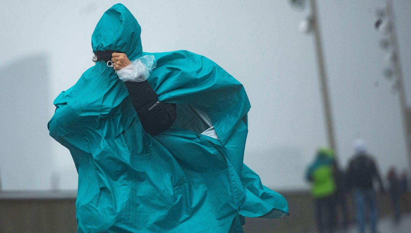 Zalecana jest ostrożność, śledzenie komunikatów i rozwoju sytuacji pogodowej (fot. PAP/EPA)