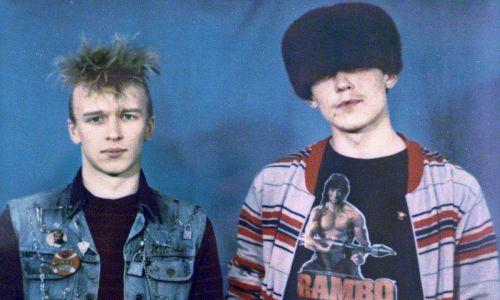 """""""Członkowie gangu punków i lubierów"""", utrwaleni przez nieznanego fotografa, na wystawie sowieckich fotografów podziemnych w Moskiewskim Maneżu, 30 marca 2009 r. Fot. Sovfoto / UIG via Getty Images"""
