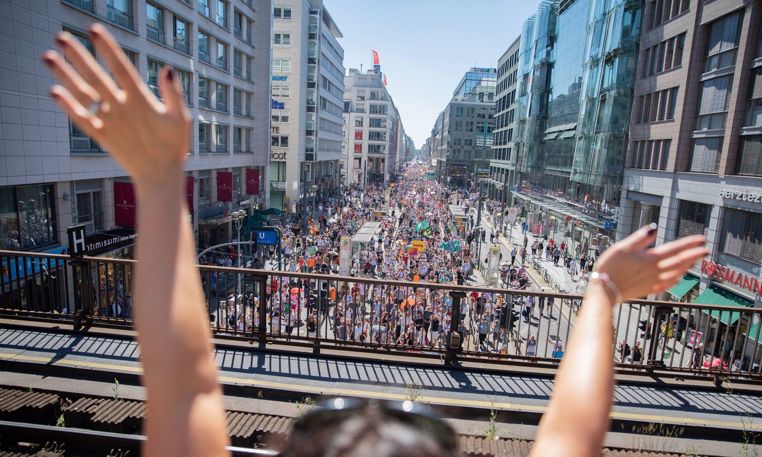 1 sierpnia w Berlinie zgromadziło się 30 tys. zwolenników ruchu Querdenken 711, choć organizatorzy twierdzą, że było ich ponad milion. Fot. Christoph Soeder/DPA/PAP
