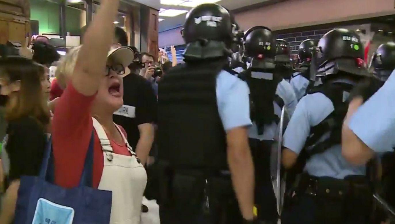 Policja wyprowadziła z centrum handlowego wiele osób (fot. HKTVB - TELEVISION BROADCASTS LTD)