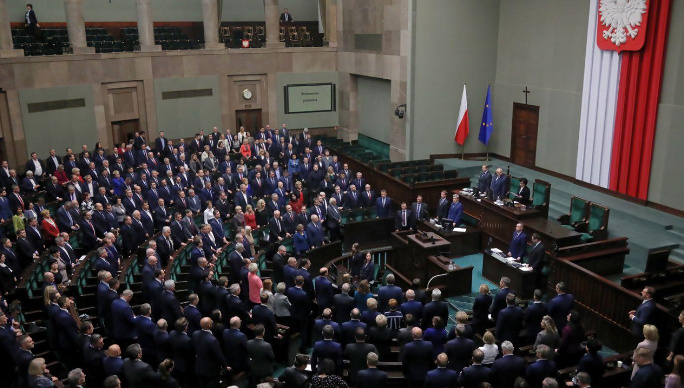 Według badania poparcie dla Prawa i Sprawiedliwości nieco spadło (fot. PAP/Wojciech Olkuśnik)