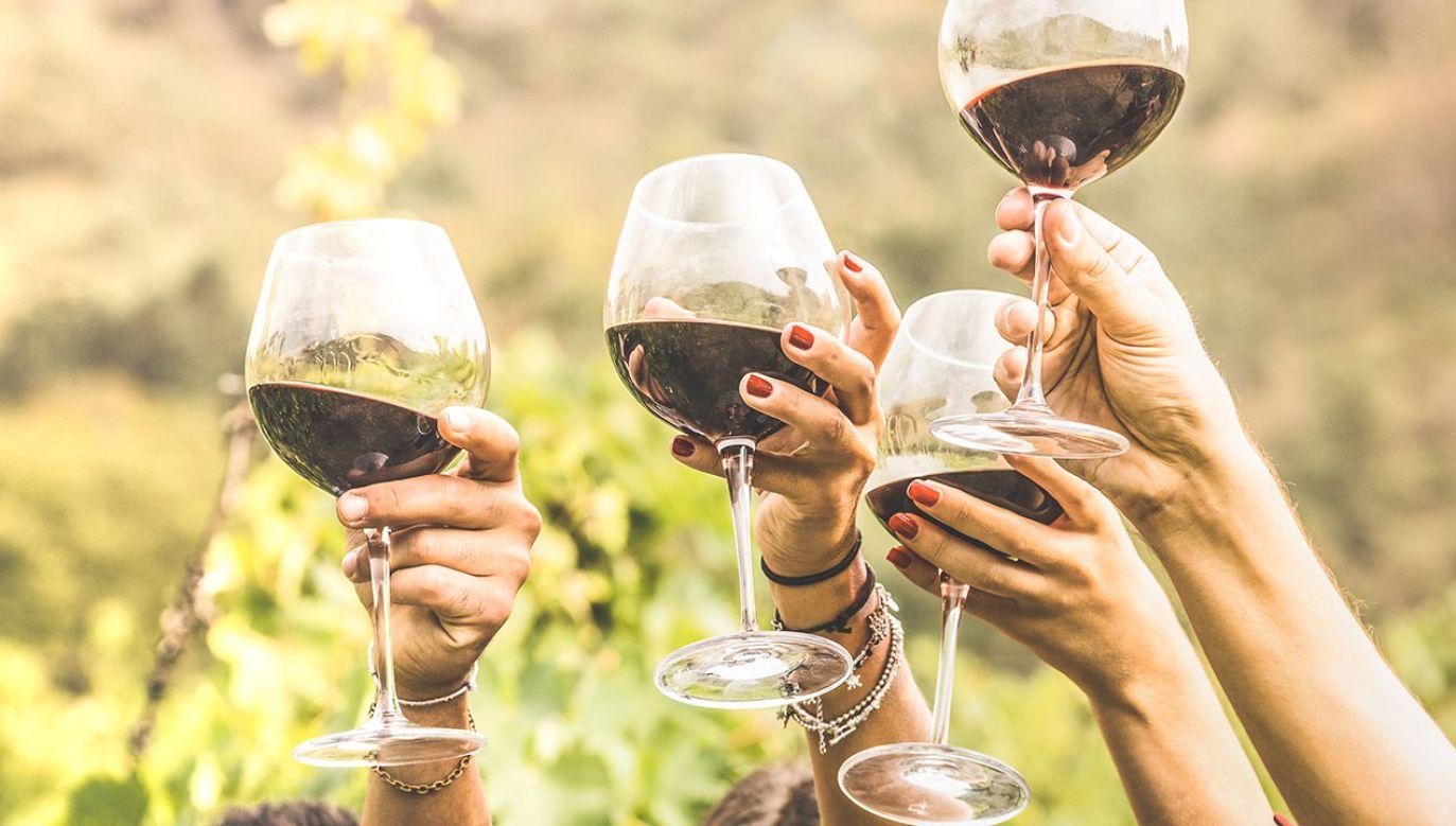 Lampka napoju może działać relaksująco nie tylko ze względu na zawartość alkoholu (fot. Shutterstock/View Apart)
