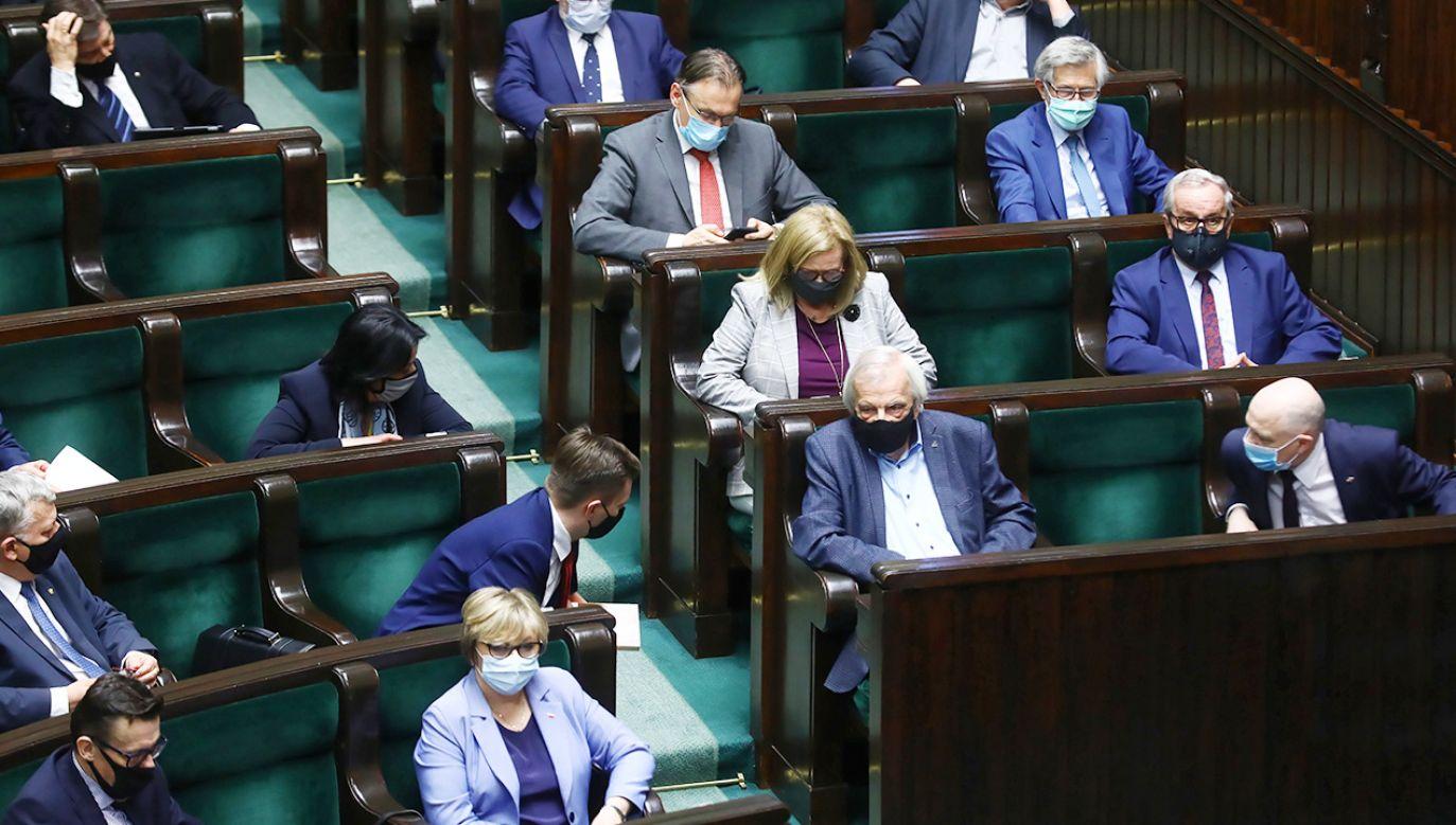 Sondaż parlamentarny – kto wygrałby wybory do Sejmu? (fot. PAP/Rafał Guz)