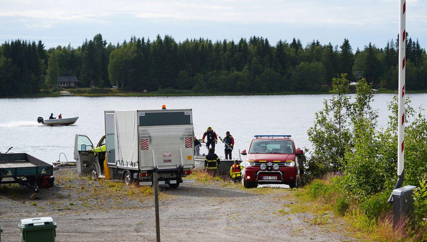 Służby ratownicze na miesjcu wypadku przy rzece Ume, w pobliżu miasta Umea (PAP/EPA/SAMUEL PETTERSSON)