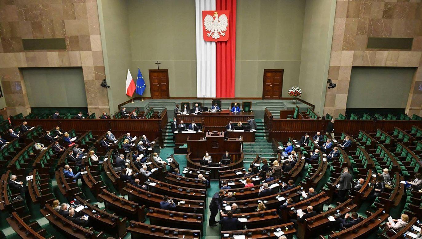 Jak dziś wyglądałby rozkład sił w Sejmie? (fot. PAP/Radek Pietruszka)