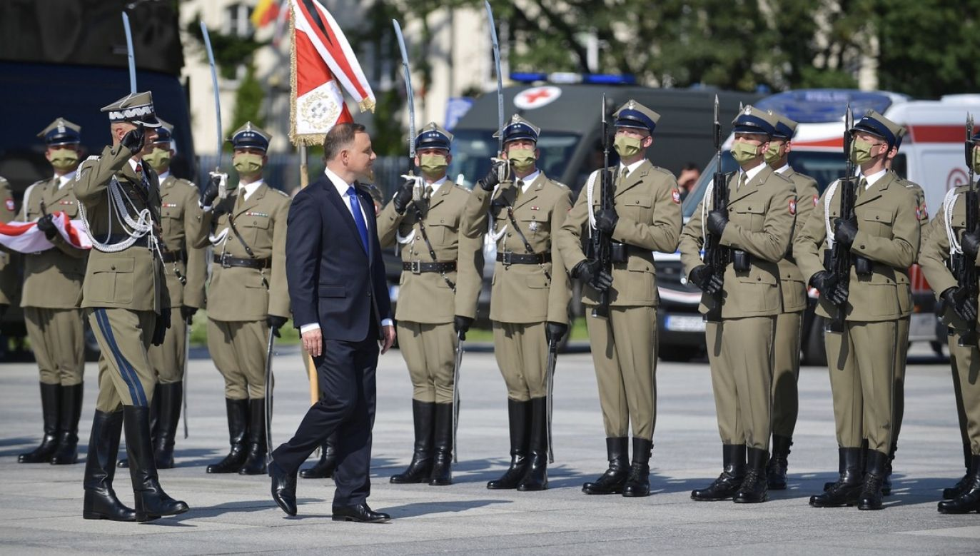 Prezydent złożył wiązankę kwiatów na płycie Grobu Nieznanego Żołnierza i wygłosił przemówienie (fot. PAP/Radek Pietruszka)
