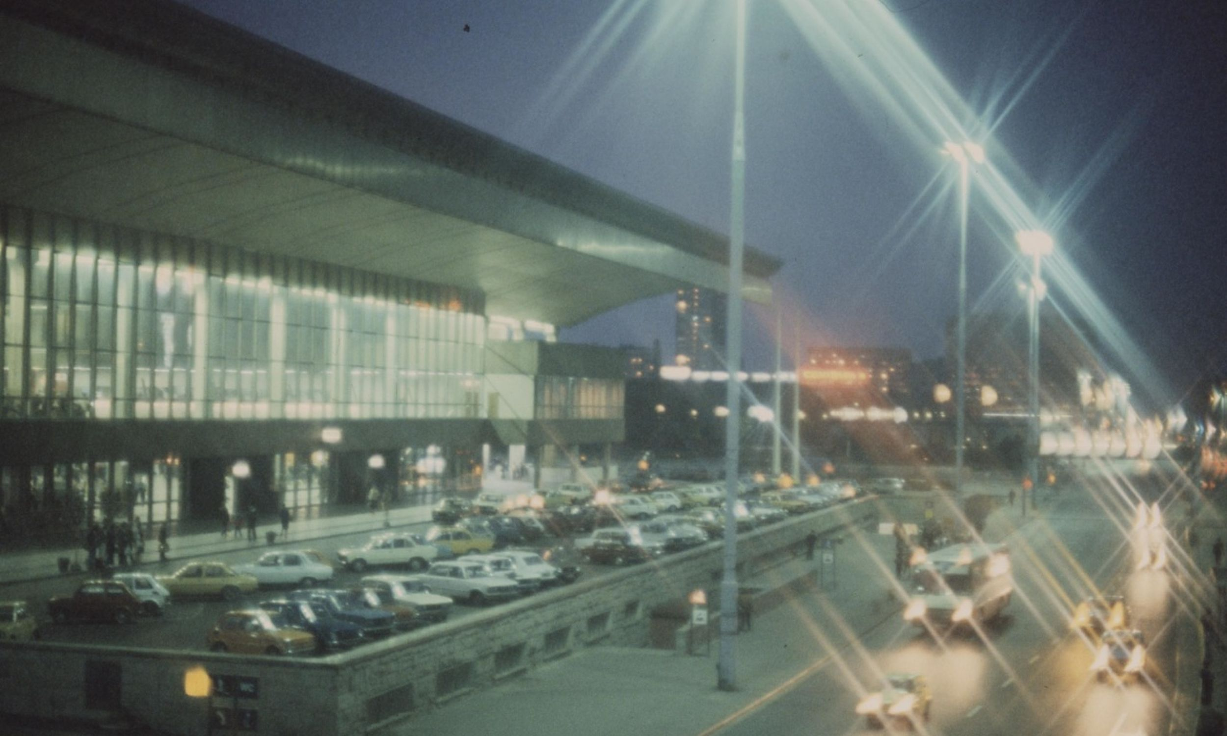 Dworzec Centralny w Warszawie w nocy od strony Alei Jerozolimskich, rok 1977 lub 1978. Fot. NAC/Archiwum Fotograficzne Zbyszka Siemaszki, sygn. 51-111-3