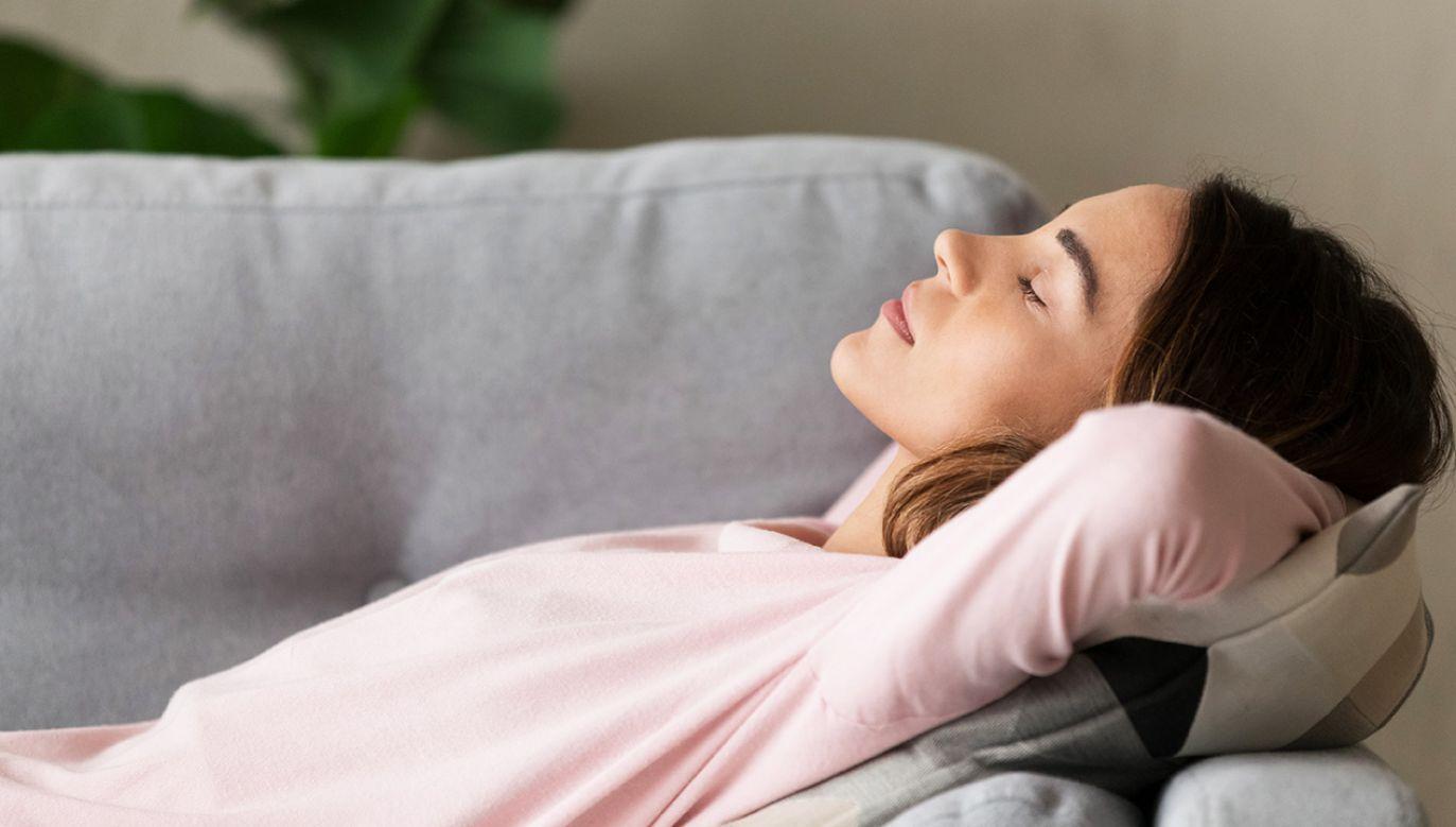 Uczestnicy, którzy twierdzili, że ich jakość snu nie jest dobra, byli o 29 proc. bardziej narażeni na udar niż osoby cieszące się dobrym snem (fot. Shutterstock/fizkes)