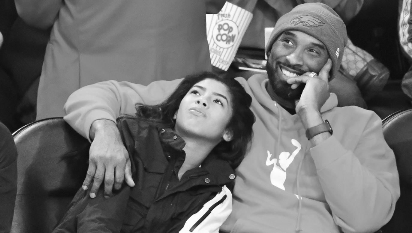 Kobe Bryant z córką Gianną na trybunach w trakcie meczu ligi NBA (fot. Allen Berezovsky/Getty Images)