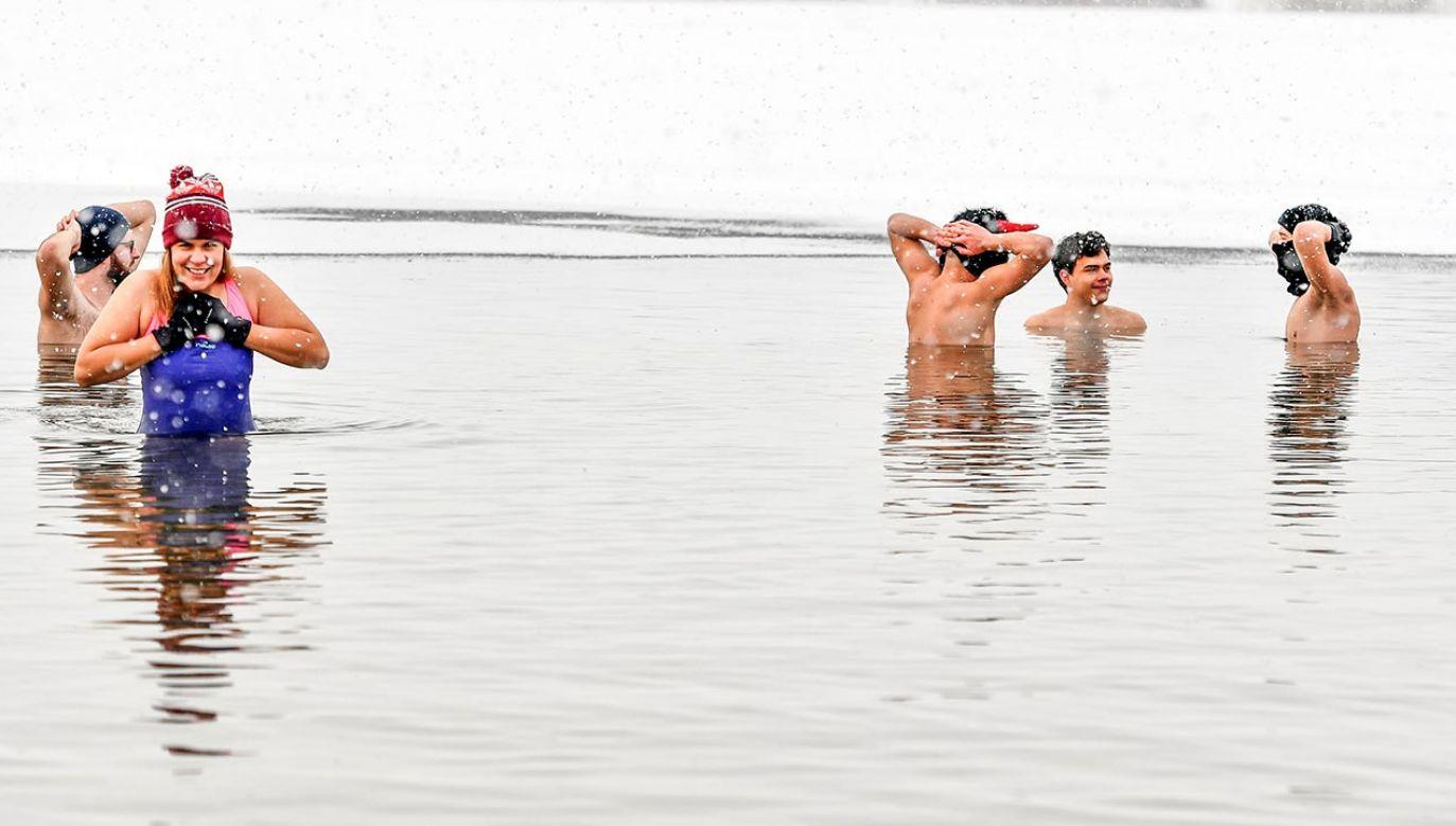 Osoby starsze powinny zabrać osobę towarzyszącą na morsowanie (fot. Alex Bona/SOPA Images/LightRocket via Getty Images)