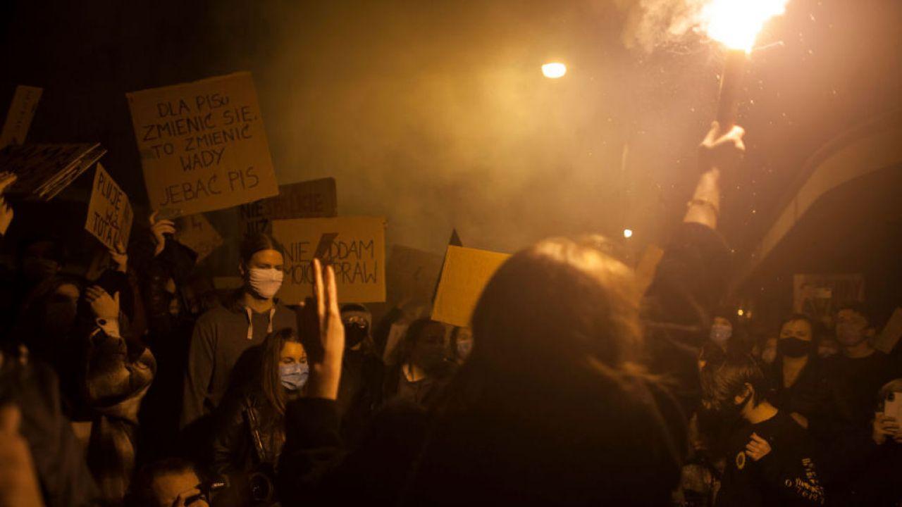Protestujący atakują kolejne domy polityków (fot. Maciej Luczniewski/NurPhoto via Getty Images)