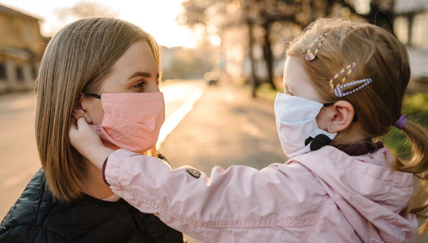 Hiszpańscy pulmonolodzy o właściwym używaniu masek ochronnych (fot. Shuterstock/Sergii Sobolevskyi)