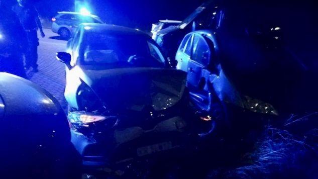 Pijany kierowca zatrzymał się kiedy wjechał w zaparkowane auta (fot. Policja pomorska)