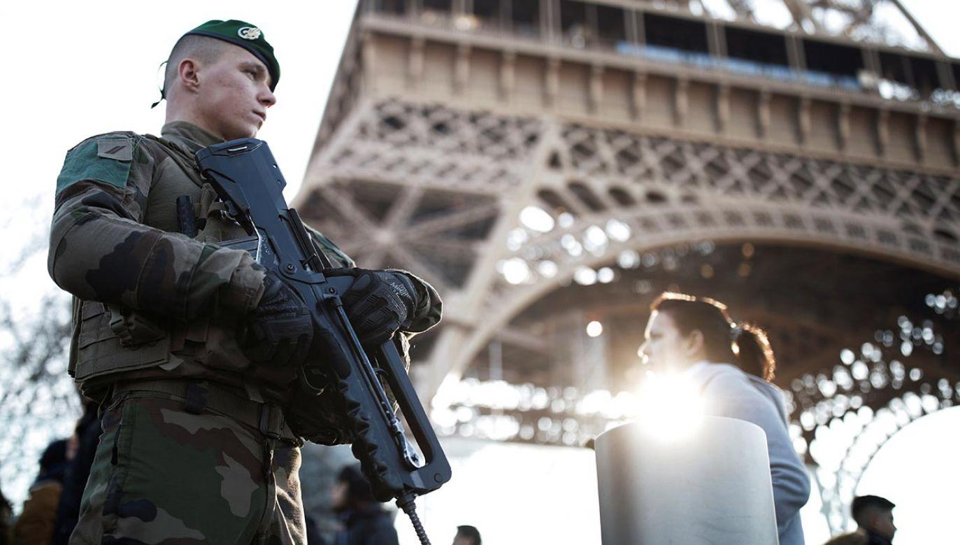 Okolice wieży są zamknięte dla ruchu i odgrodzone przez policję (fot.  REUTERS/Benoit Tessier)