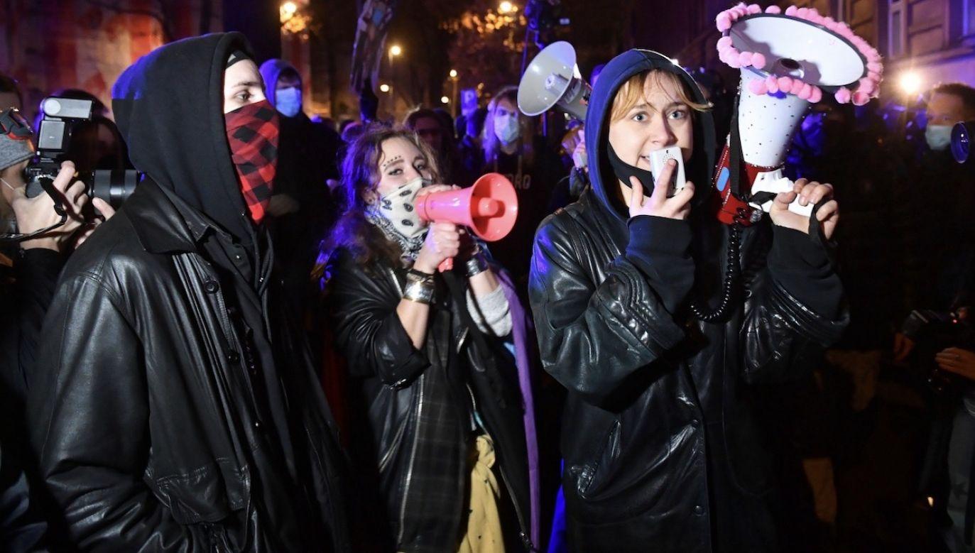 Na ul. Wilczej wciąż trwa protest zwolenników aborcji (fot. PAP/Radek Pietruszka)
