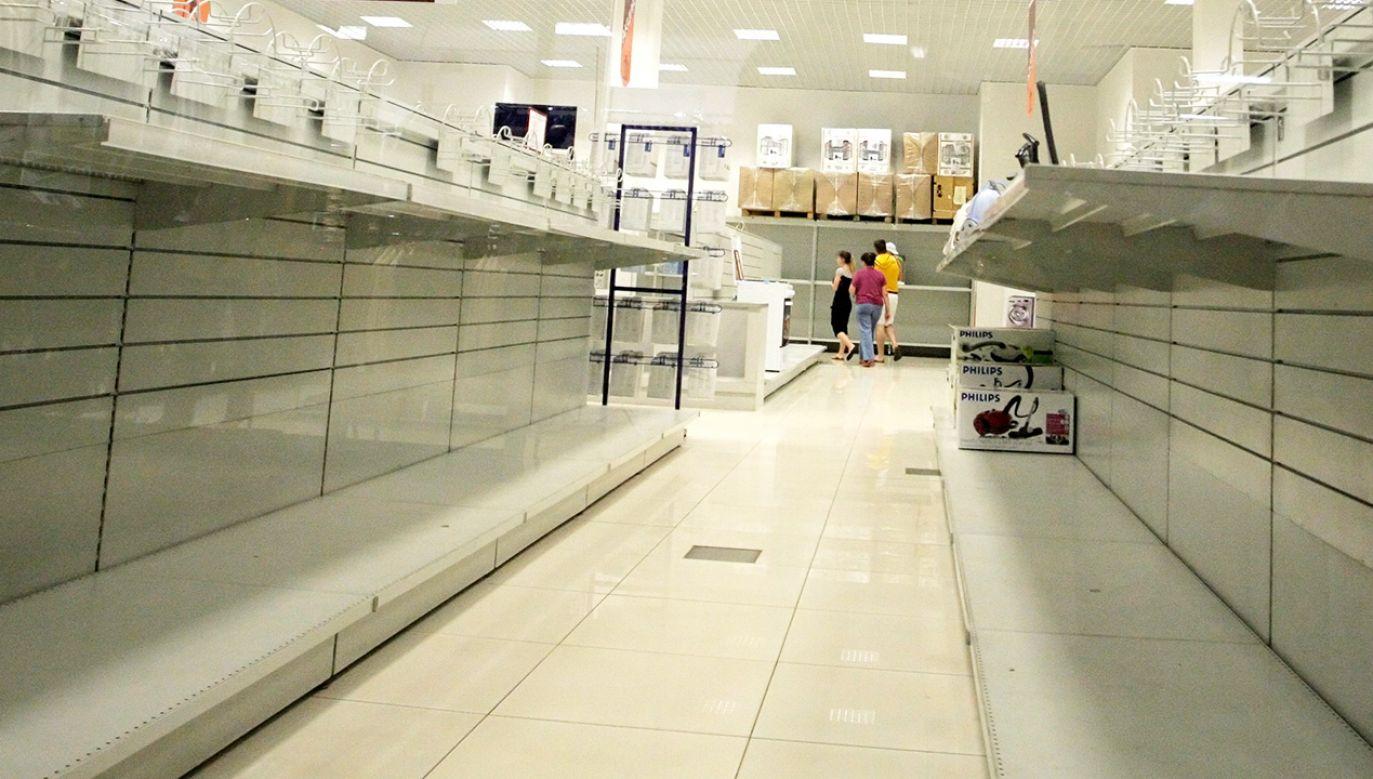 Z danych Euromonitor International wynika, że w całym 2019 r. sprzedaż w hipermarketach spadła o 2,2 proc. (fot. arch. PAP/EPA/TATYANA ZENKOVICH )
