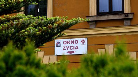 Zdrową dziewczynkę odnaleziono w oknie życia (fot. PAP/Darek Delmanowicz)