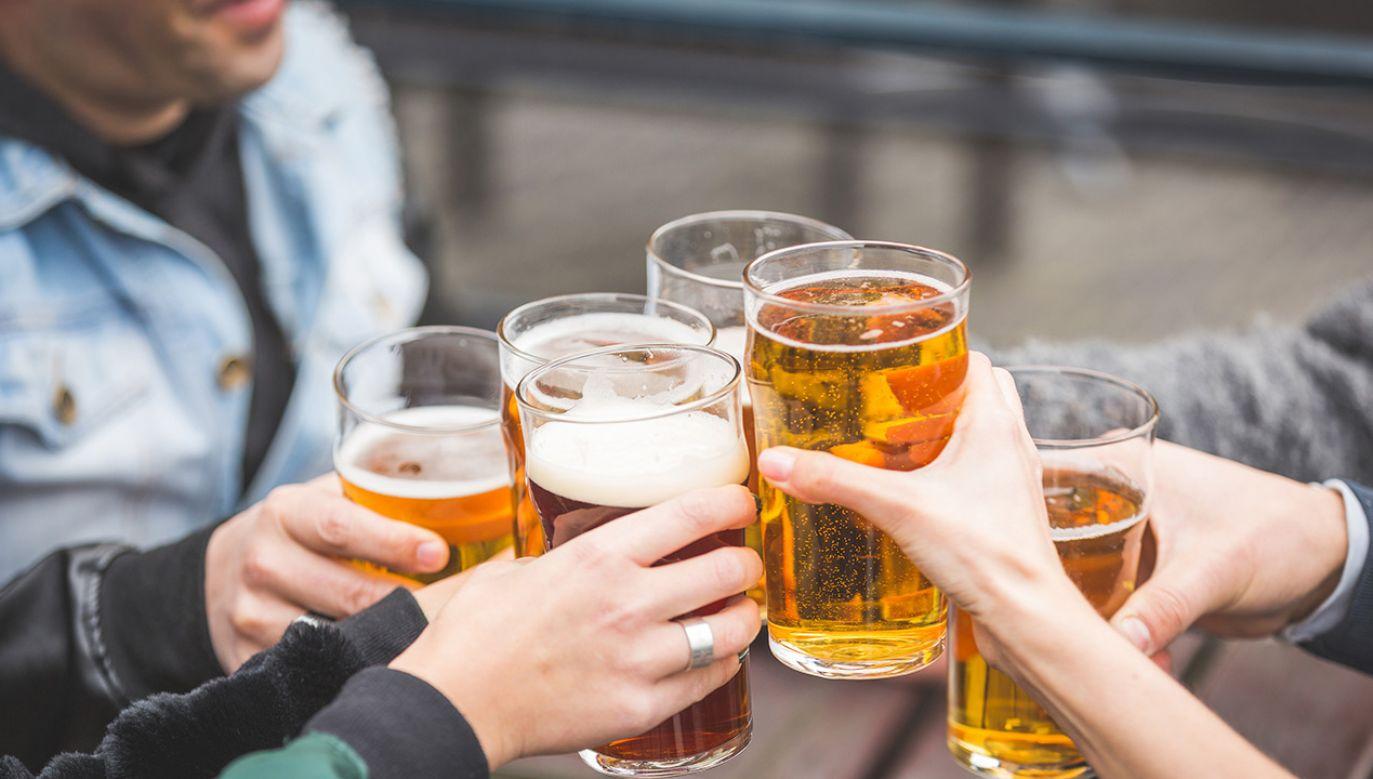 Puby dla wielu to miejsce towarzyskich spotkań, najczęściej przy piwie (fot. Shutterstock)