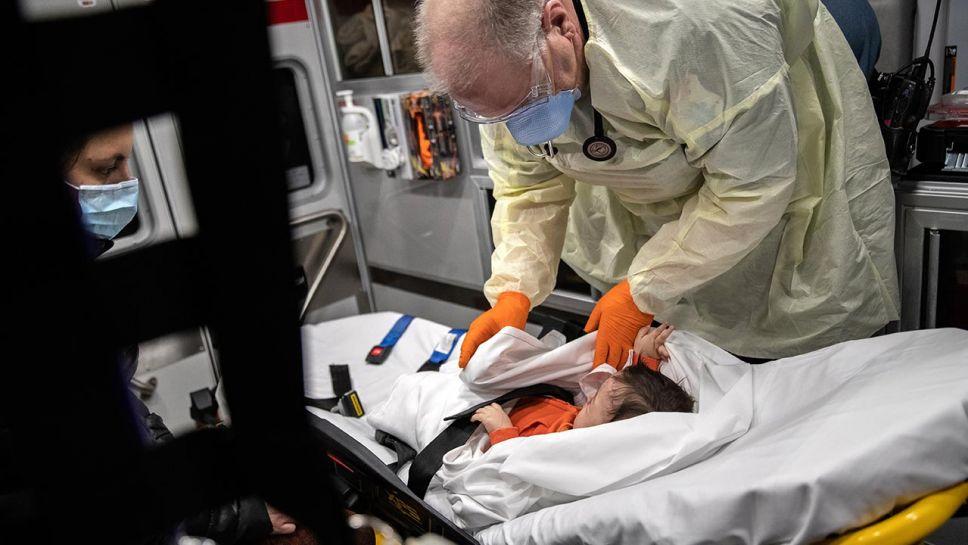 W niektórych regionach kraju liczby infekcji wirusem RSV sięgają poziomów z zimy (fot. John Moore/Getty Images)