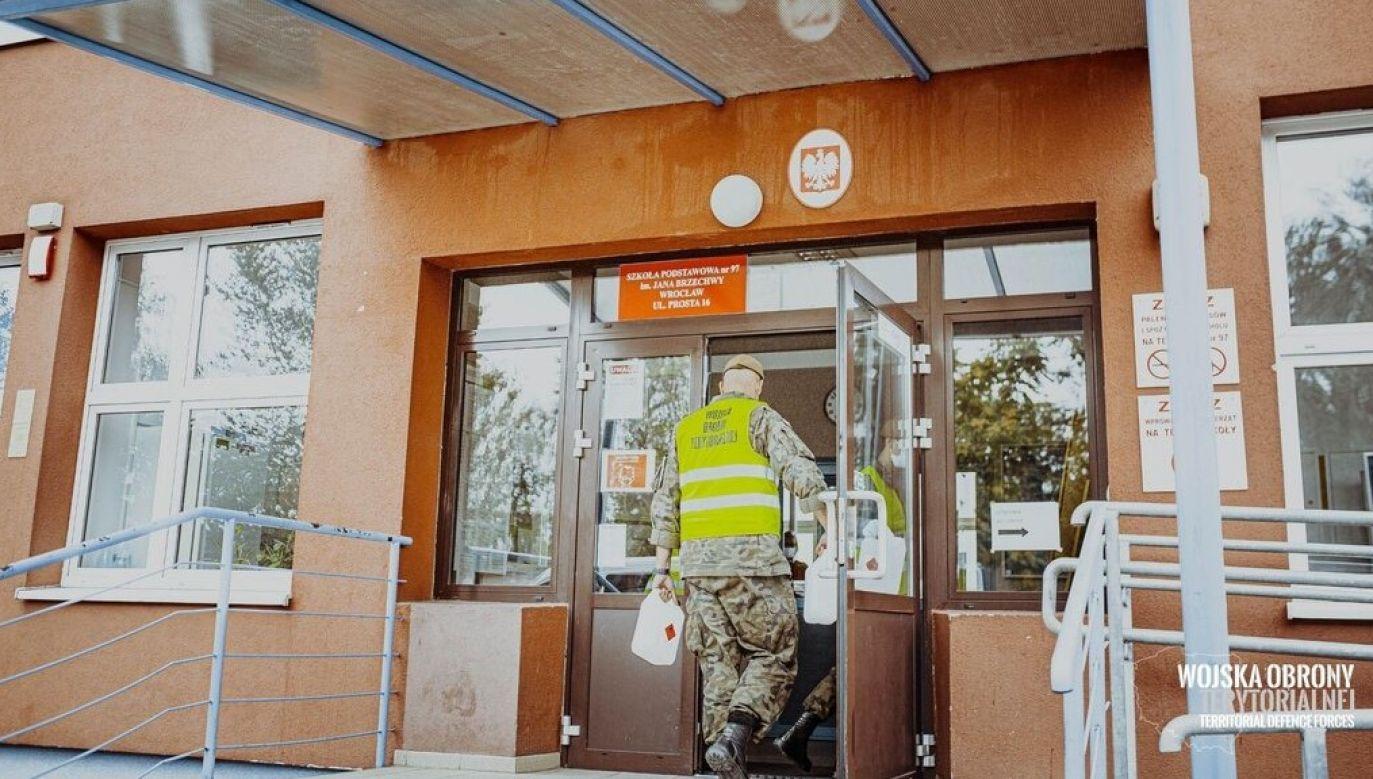 Wrocław. Żołnierze 16 Dolnośląskiej Brygady WOT rozwożą płyny dezynfekcyjne do szkół (fot. media.terytorialsi.wp.mil.pl)