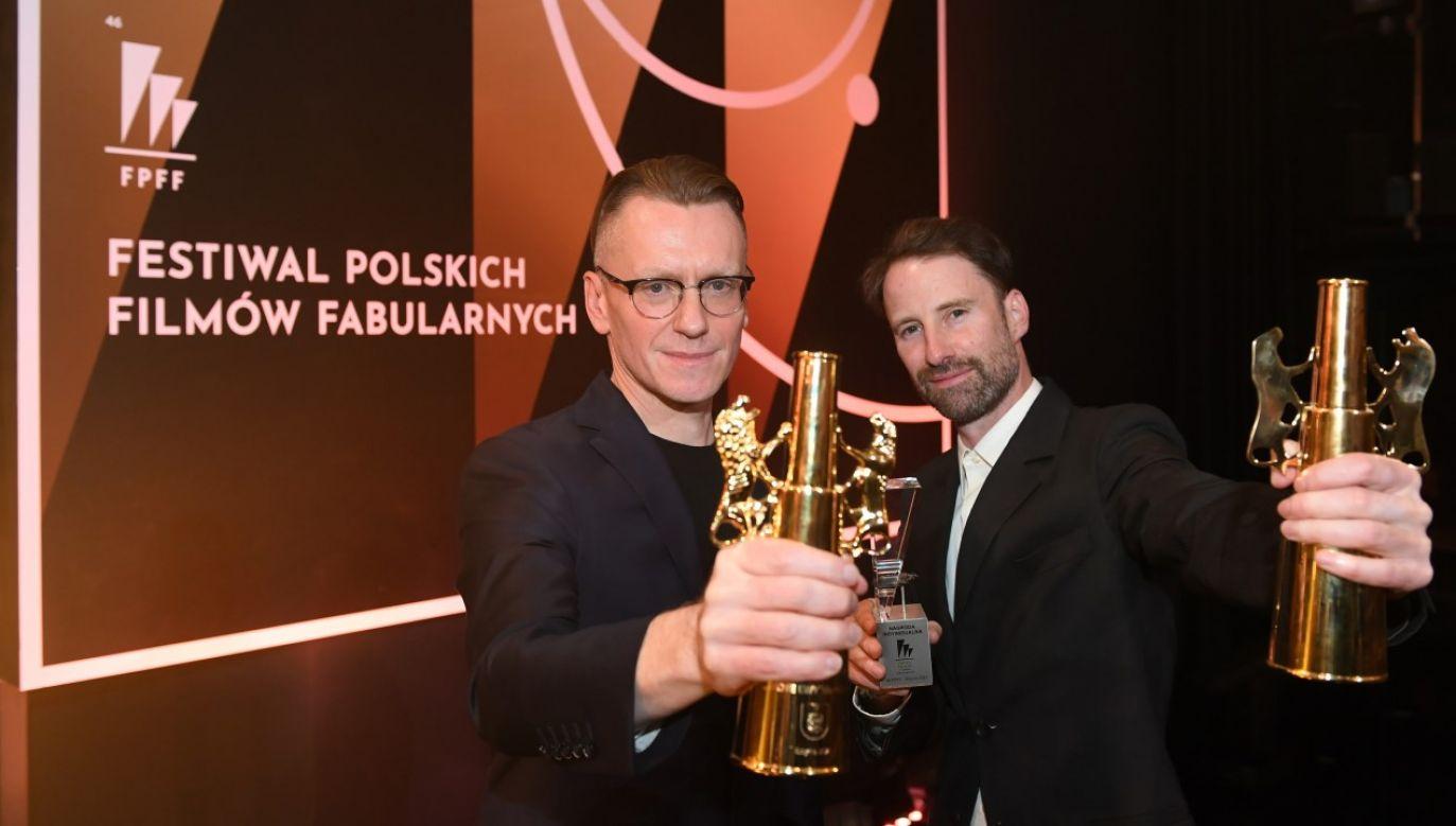 Operator filmowy i reżyser Łukasz Gutt (P) i reżyser Łukasz Ronduda (L) odebrali Złote Lwy (fot. PAP/Adam Warżawa)