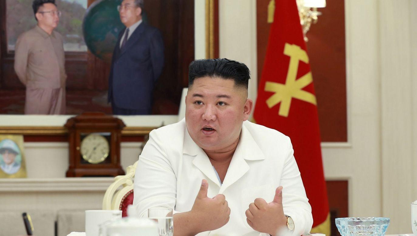 Kim Dzong-Un stwierdził że najważniejsze jest szybkie zaopatrzenie poszkodowanych w jedzenie, leki i produkty pierwszej potrzeby. (fot. Reuters/KCNA)