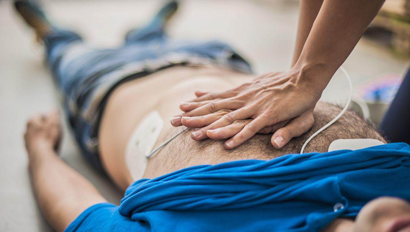 Podjęcie reanimacji przez świadków zwiększa szanse przeżywalności chorego (fot. Shutterstock/pixelaway)