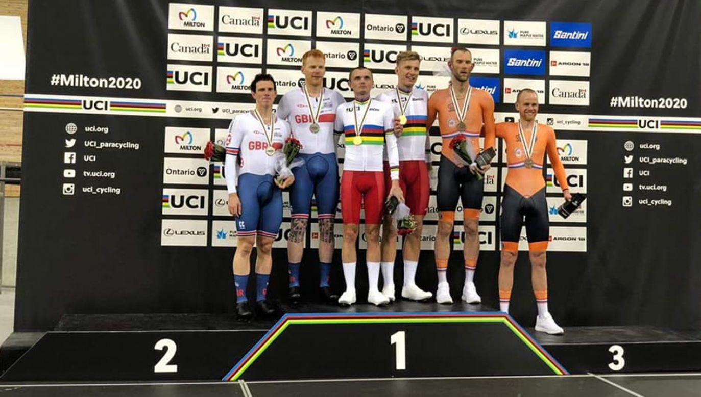 Na najwyższym stopniu podium stanęli Marcin Polak z pilotem Michałem Ładoszem w tandemie na 4 km. (fot. Facebook/Polski Związek Kolarski)