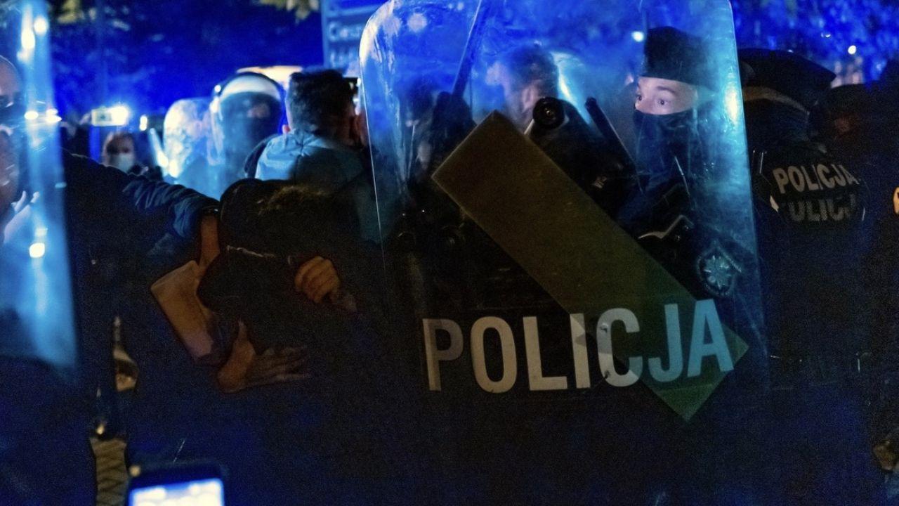 Policja pilnuje wejścia do klatki budynku, w którym mieszka prof. Pawłowicz (fot. PAP/Andrzej Grygiel, zdjęcie ilustracyjne)