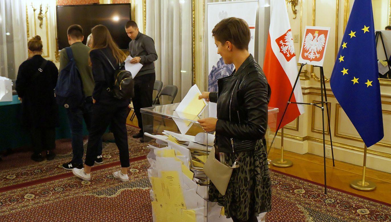 Prawo i Sprawiedliwość wygrało wybory do parlamentu według wstępnych danych exit polls pracowni Ipsos (fot. PAP/Marcin Cholewiński)