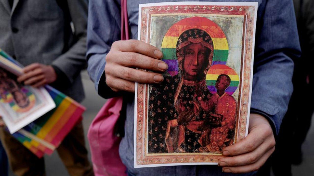 Blisko dwie trzecie Polaków zgadza się, że potrzebna jest reakcja państwa, gdy profanowane są ważne symbole religijne (fot. REUTERS/Kacper Pempel)