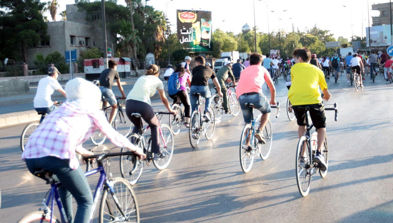 Młodzi Syryjczycy w czasie rowerowej imprezy w stolicy Syrii Damaszku (fot. PAP/EPA/YOUSSEF BADAWI)