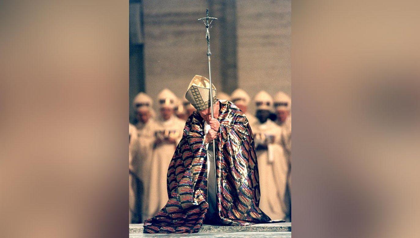 Papież Jan Paweł II otwiera drzwi Bazyliki św. Piotra podczas Jubileuszu Tysiąclecia, Rzym, 1999.(fot. Grzegorz Gałązka /Sipa Press/East News)