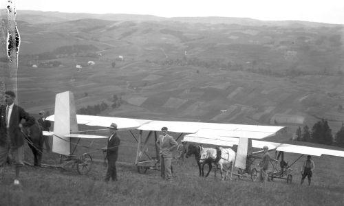 Szkoła szybowcowa w Bezmiechowej. Szybowce ciągnięte przez zaprzęgi konne na miejsce startu. Czerwiec 1932. Fot. NAC/IKC, sygn. 1-S-3047-27