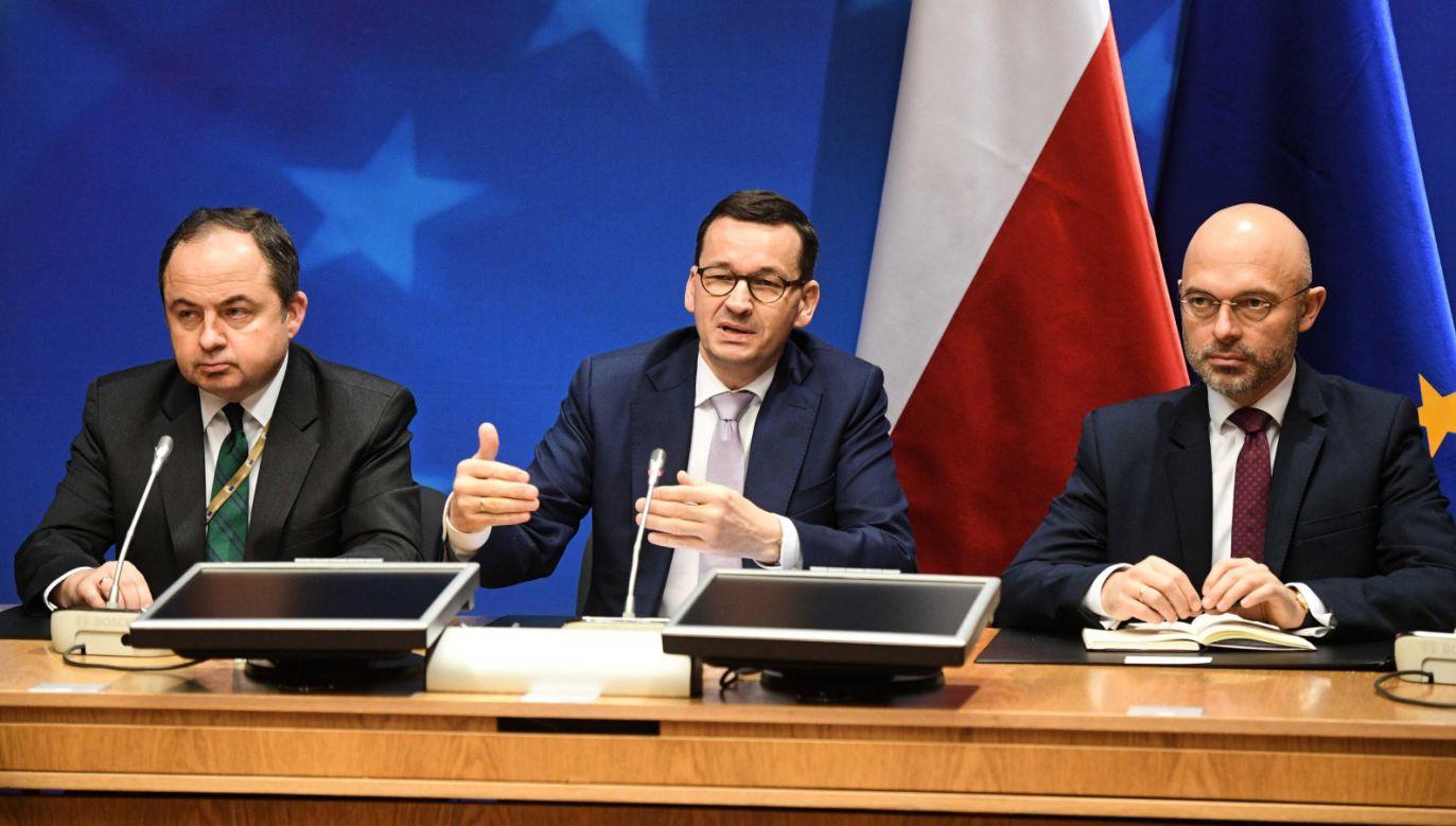 Premier Mateusz Morawiecki (C), minister Konrad Szymański (L) i minister klimatu Michał Kurtyka (P) (fot. PAP/Radek Pietruszka)