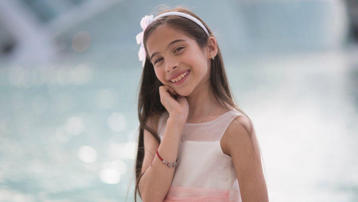 Młoda wokalistka zainspirowana przez swoją idolkę Marię Callas uczy się śpiewu operowego, a także gry na skrzypcach i pianinie (fot. RTVE)