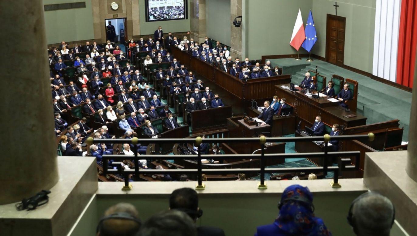 Wszystkie obecne w Sejmie ugrupowania przekraczają próg wyborczy (fot. PAP/Rafał Guz)