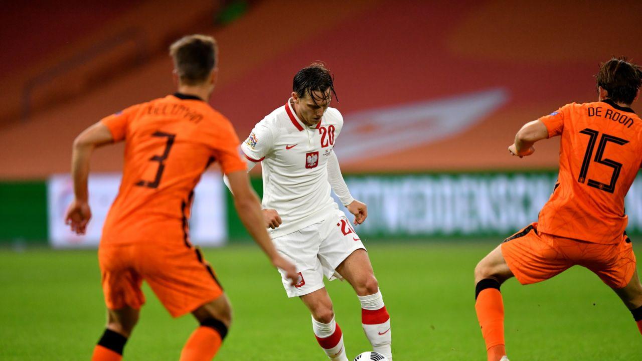 Piotr Zieliński (w środku) zagrał przeciwko Holendrom poniżej oczekiwań (fot. PAP/Piotr Nowak )