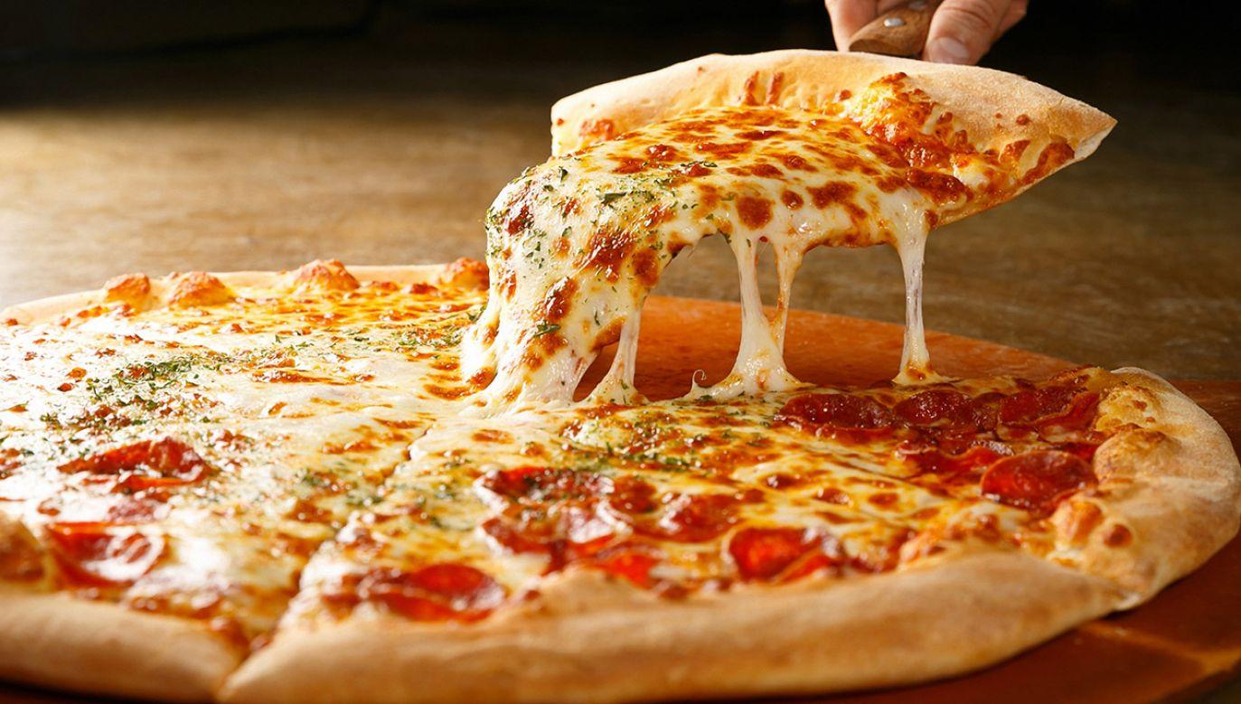Robot robi pizzę od sztancy, według przepisów, które ma zapisane w pamięci. Można mu jednak złożyć nietypowe zamówienie (fot. Shutterstock/TMON)