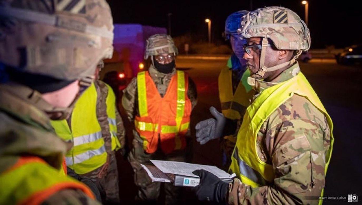 Pierwsze dwie kolumny żołnierzy amerykańskich oraz sprzętu wojskowego na przejściu granicznym w Kołbaskowie (fot. twitter.com/mblaszczak)