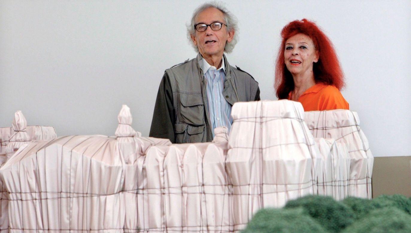 Christo w 2009 r. wraz z żoną przy makiecie jednej z prac artysty – opakowanego Reichstagu (fot. PAP/EPA/RAQUEL MANZANARES)