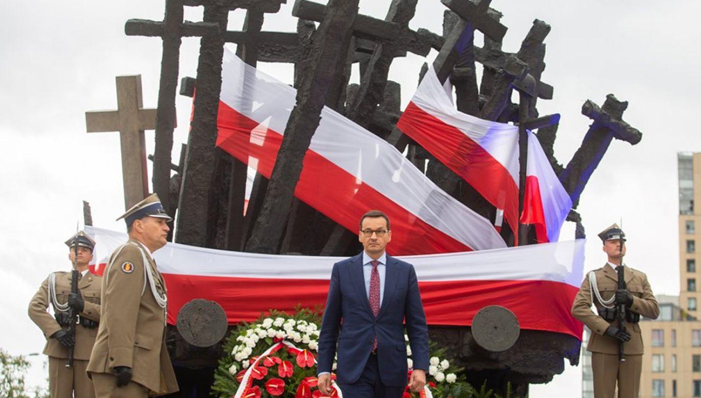 Premier złożył wieniec przed Pomnikiem  Poległych i Pomordowanych na Wschodzie (fot. Twitter/KPRM)