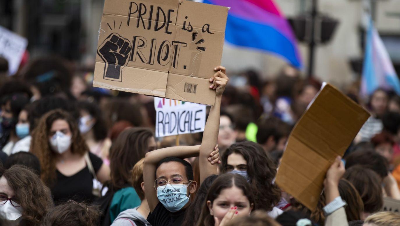 """W trakcie manifestacji padały hasła antypolicyjne m.in. """"Wszyscy nienawidzą policji"""" (fot. PAP/EPA/IAN LANGSDON)"""