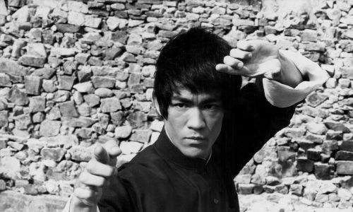 """""""Zdjęcia kręcono w Hongkongu. Wielu statystów było członkami lokalnych chińskich gangów. Kilku z nich wyzywało w przerwie między ujęciami Bruce'a Lee na pojedynek. Legenda głosi, że nie skończyło się to dla nich zbyt dobrze"""" – pisze Leszek Żukowski w tekście """"Ostatni taniec Bruce'a Lee. Fot. Stanley Bielecki Movie Collection/Getty Images"""